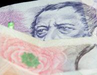 Půjčka na směnku nabízí až 100 tisíc korun v hotovosti. Peníze můžete dostat ještě dnes, při osobní schůzce na pobočce firmy. Půjčka je k dispozici i pro nezaměstnané nebo pro lidi s exekucí. Obejdete se i bez potvrzení o příjmu ze zaměstnání. Měli byste ale doložit, že budete schopni půjčené peníze splácet.